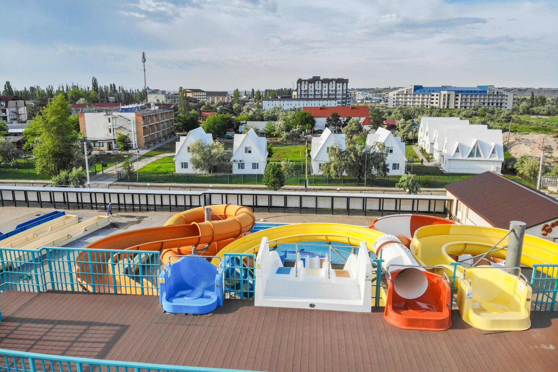 Вид на аквапарк Орбіта з бази відпочинку Поліграфіст